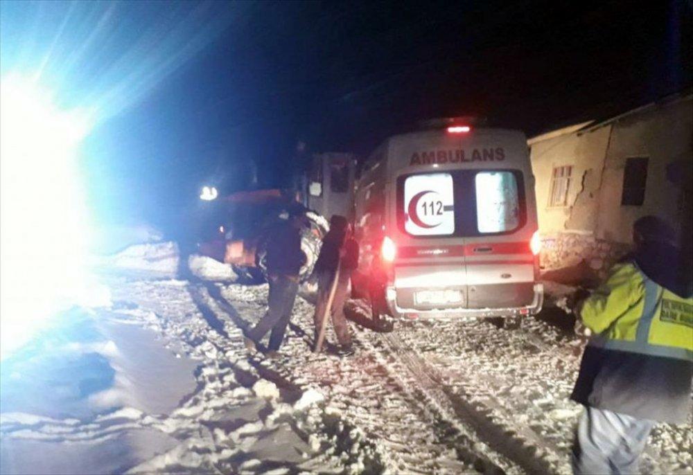 Başkale'de karla mücadele ekibinin kurtardığı kadın ikiz doğurdu