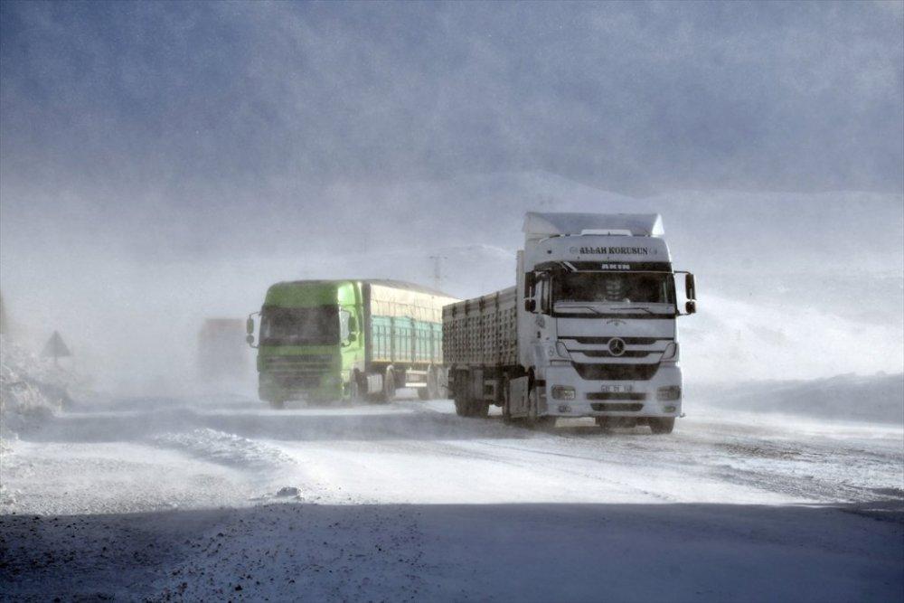 Tendürek Geçidi'nde ulaşıma kar ve tipi engeli