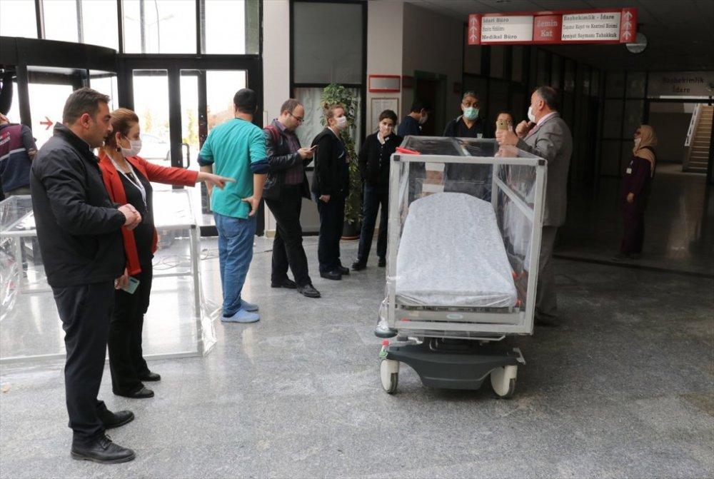Van: Üniversite hastanesinden yüz koruma siperi ve özel kabinli sedye üretimi