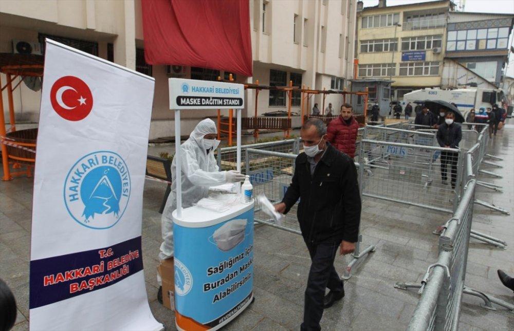 Hakkari'de ücretsiz maske dağıtımı yapıldı