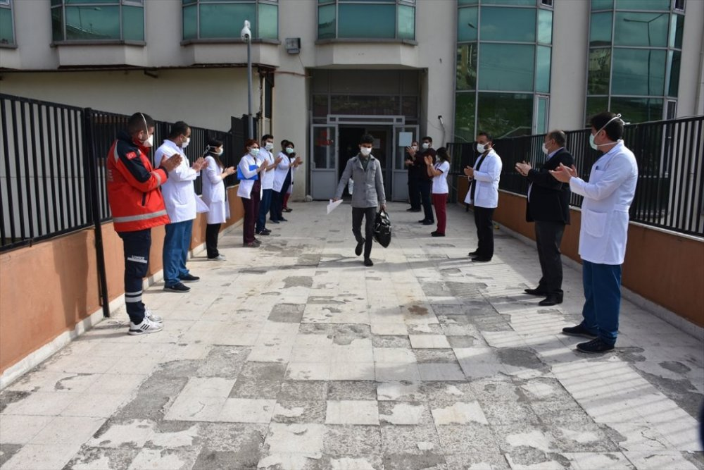 Şırnak'ta koronavirüsü yenen 9 kişi alkışlarla taburcu edildi