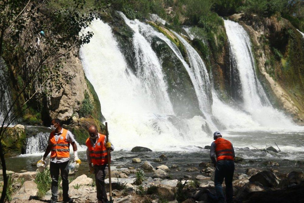 Doğa harikası Muradiye Şelalesi ziyaretçilerini bekliyor