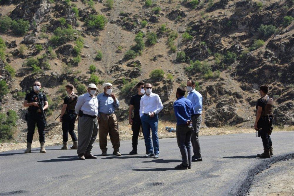 Şemdinli'de köy yollarında asfalt çalışması