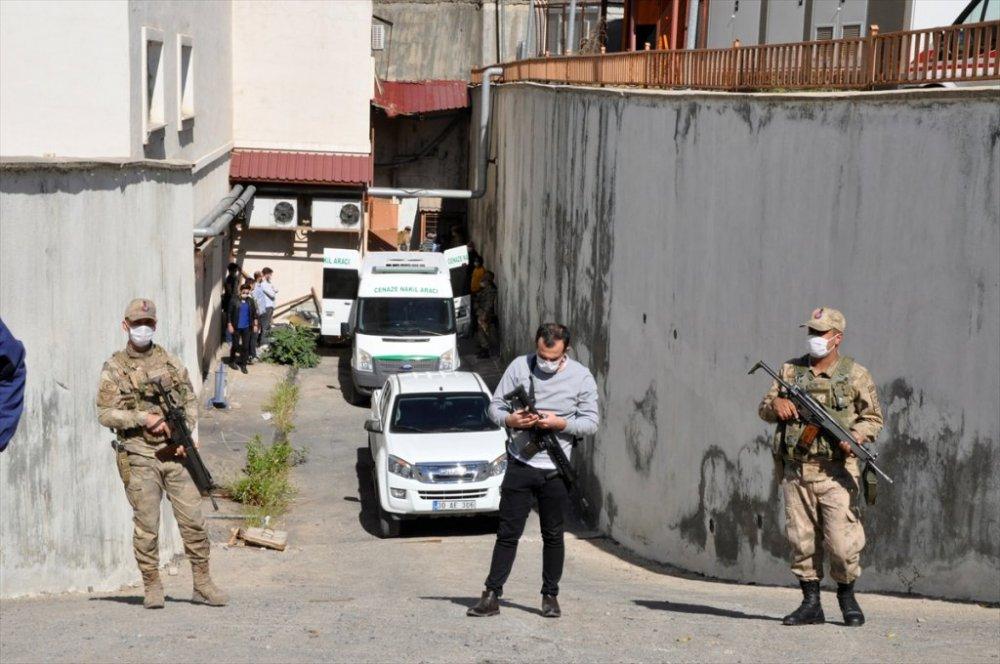 Çukurca'da arazide iki ceset bulundu