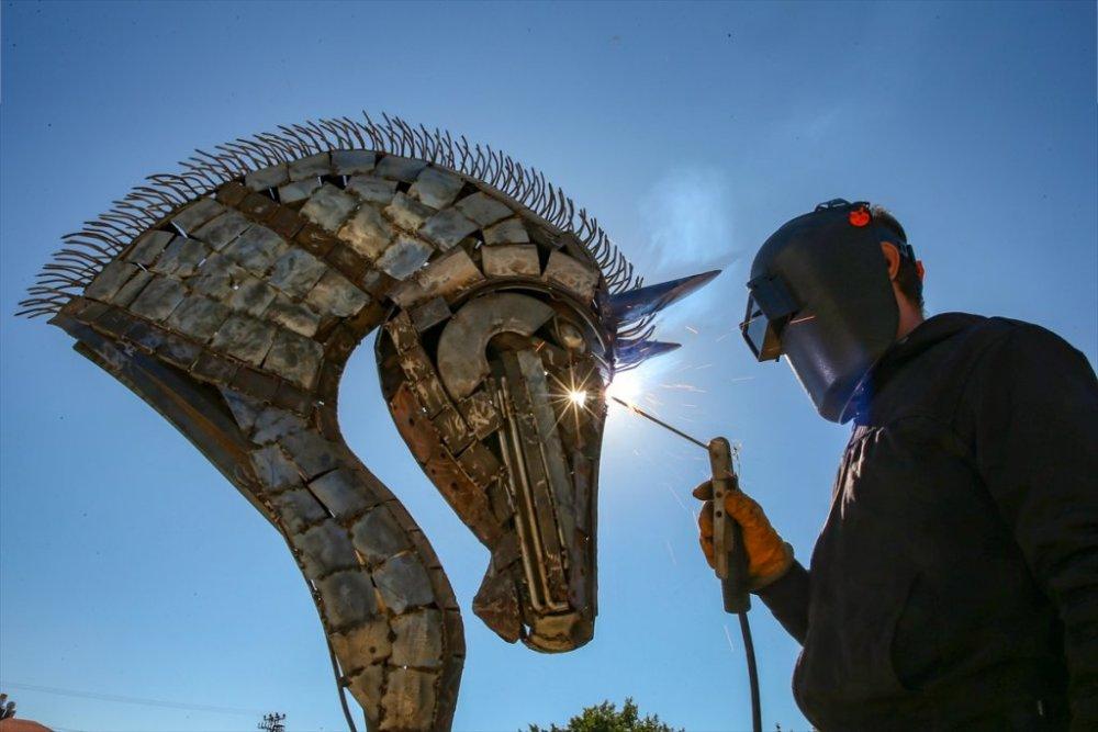 İranlı heykeltıraş hurda demirleri sanat eserine dönüştürüyor