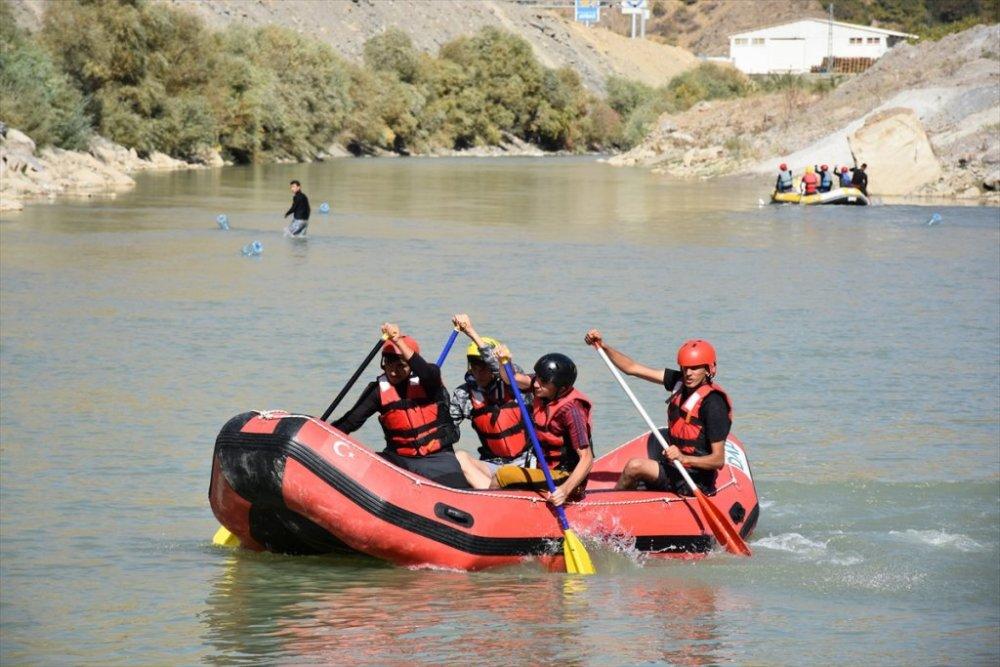 Hakkarili sporcular, Zap Suyu'nda Türkiye Rafting Şampiyonası'na hazırlanıyor