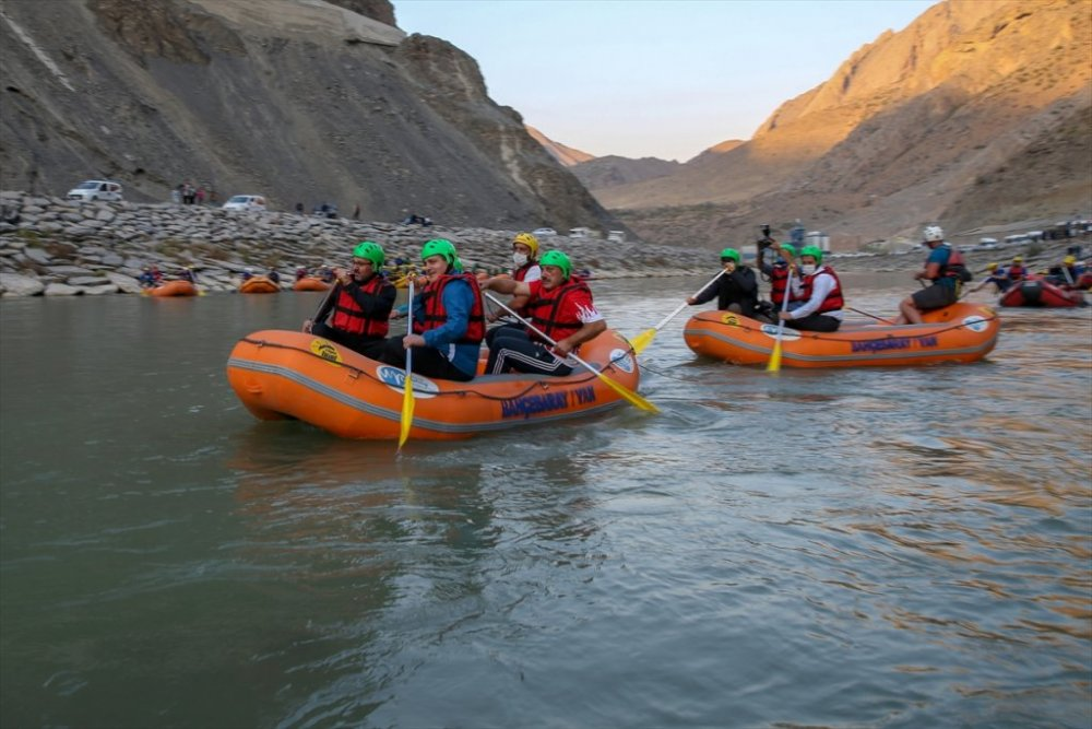 Gençlik ve Spor Bakanı Kasapoğlu Hakkari'de rafting yaptı