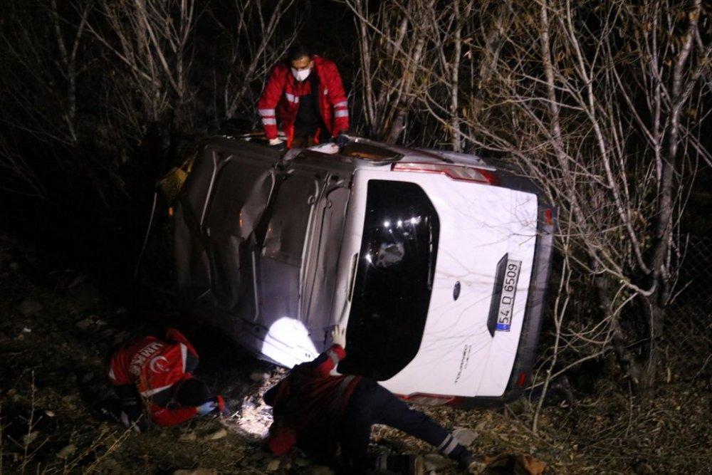 Sığınmacıları taşıyan kamyonet devrildi: 17 yaralı