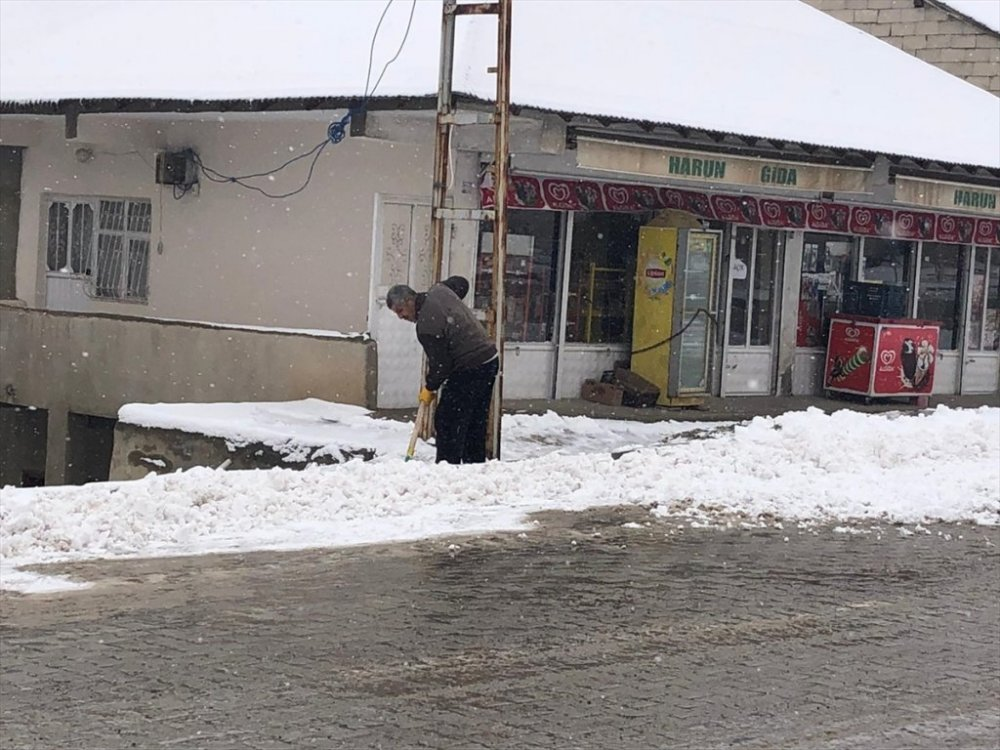 Başkale'de kar hayatı olumsuz etkiledi