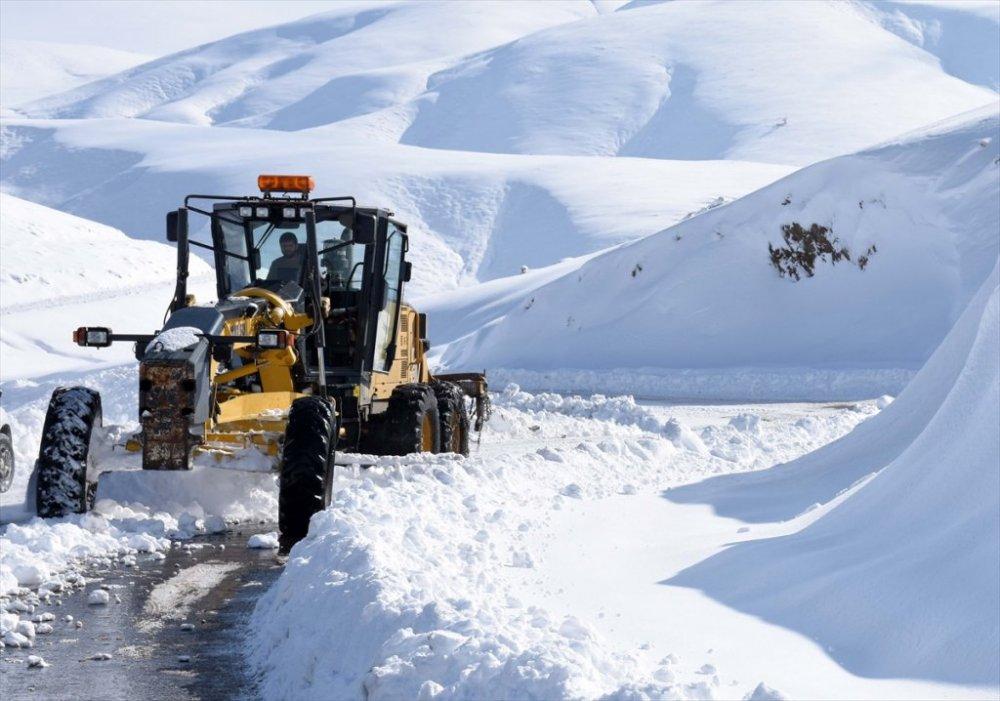 Hakkari'de 17 köy ve 42 mezra yolu ulaşıma kapandı