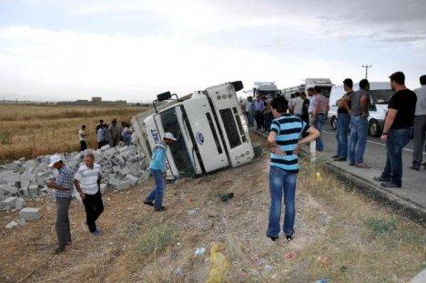 Briket Yüklü Kamyon Devrildi: 5 Yaralı