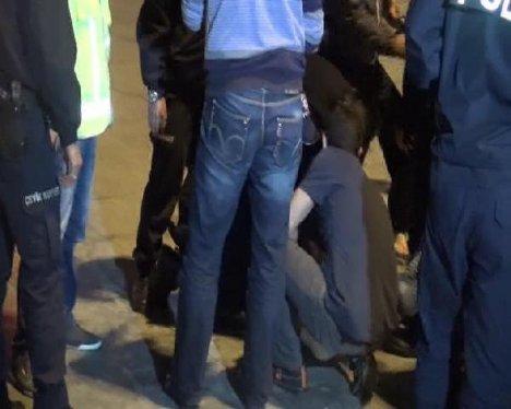 Gözaltındaki Göstericiye Sivil Tekme, Ağır Küfür