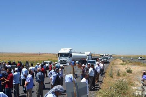 Hilvan'da çiftçiler yol kapattı