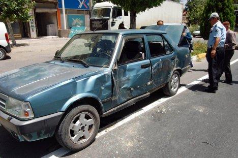 Kamyon, 9 Kişinin Bulunduğu Otomobili Eziyordu