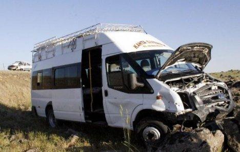 Minibüs İle Otomobil Çarpıştı: 6 Yaralı