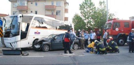 Servis Otobüsü Otomobille Çarpıştı: 6 Yaralı