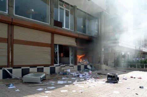 Silopi'de DEDAŞ binası ateşe verildi