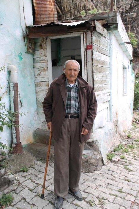 Yaşlı Adamın Evine Kaya Parçası Düştü