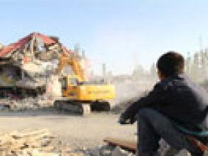 Yüksekova'da ağır hasarlı evler bir bir yıkılıyor