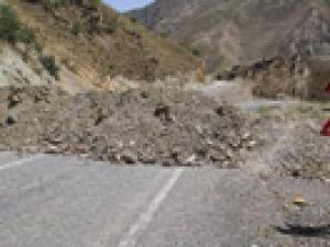 Hakkari'nin köy yollarına hendek kazılıyor