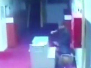 Yurt müdürü öğrencinin kafasını masaya vurdu!