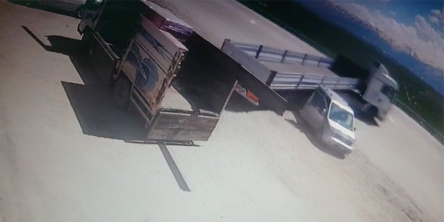 Yüksekova'da yaşanan kaza güvenlik kamerasında