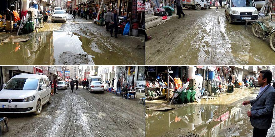 Yüksekovalılar'dan çamurlu yollara tepki - VİDEO