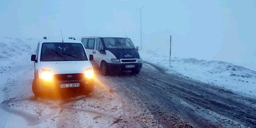 Şemdinli-Derecik karayolunda araçlar mahsur kaldı