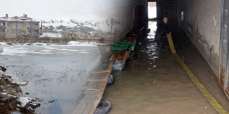 Yüksekova'da evler su altında kaldı