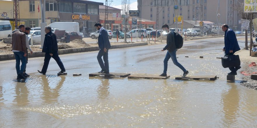 Yüksekova'nın en işlek caddesi sular altında!