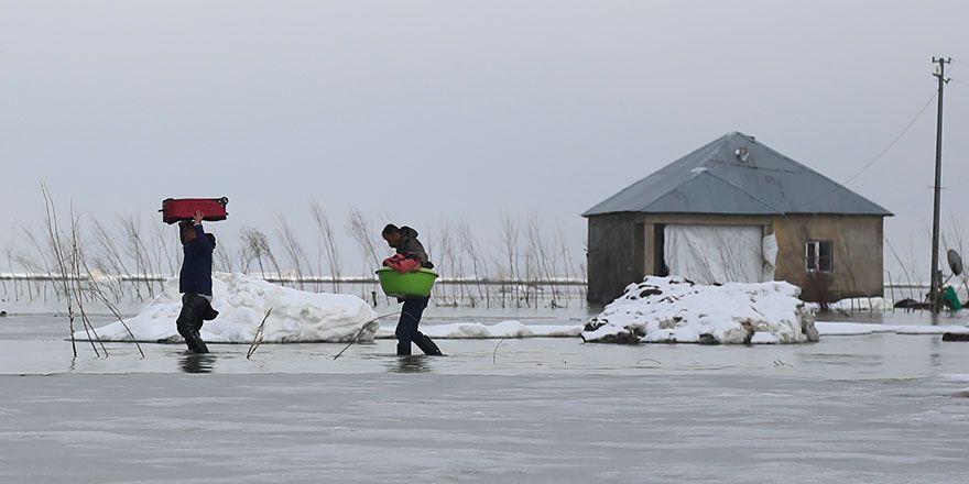Yüksekova'da Nehil deresi taştı: Evler tahliye ediliyor