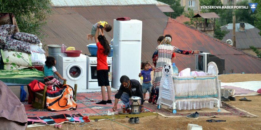 Yüksekova'da bir aile 15 gündür evin damında yaşıyor