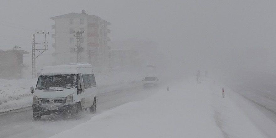 Yüksekova'da yoğun kar yağışı ve tipi