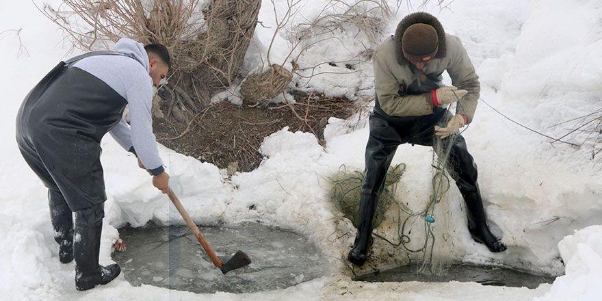 Yüksekova'nın buz tutan Nehil çayında balık avı