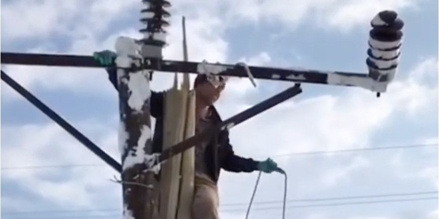Yüksekova'da kar yağışı enerji hatlarını da vurdu