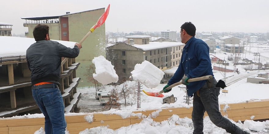 Yüksekova'da çatılarda biriken kar ekmek kapısı oldu