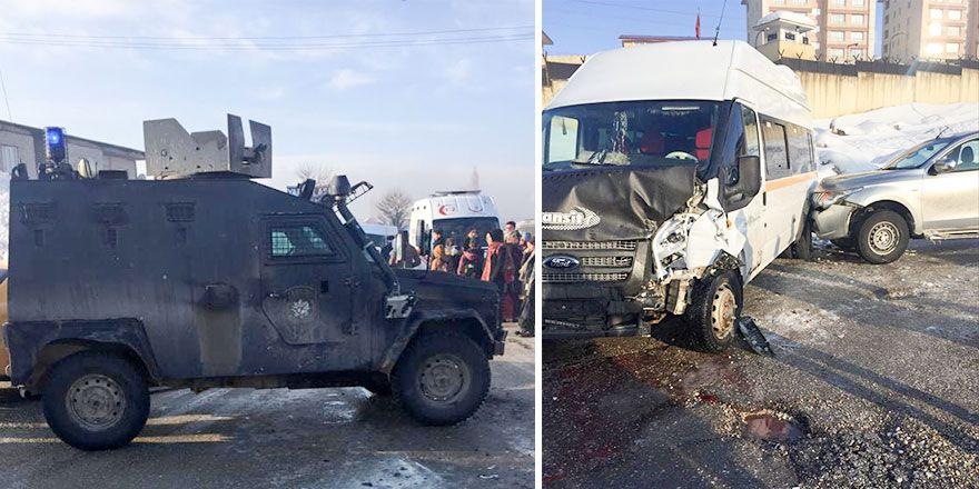 Yüksekova'da polise ait zırhlı araç öğrenci servisine çarptı: 11 yaralı