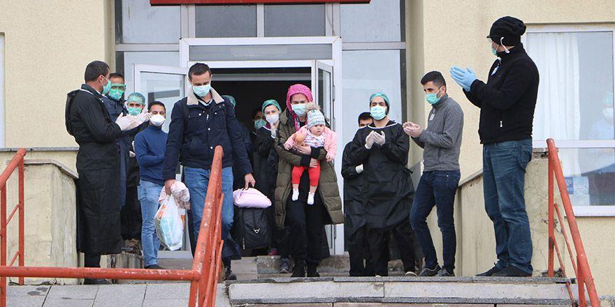 Yüksekova'da Koronavirüsü yenen 3 hasta alkışlarla taburcu edildi