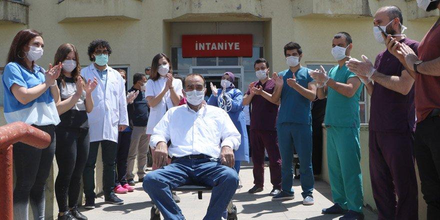 Yüksekova'da Kovid-19 tedavisi tamamlanan hasta alkışlarla taburcu edildi