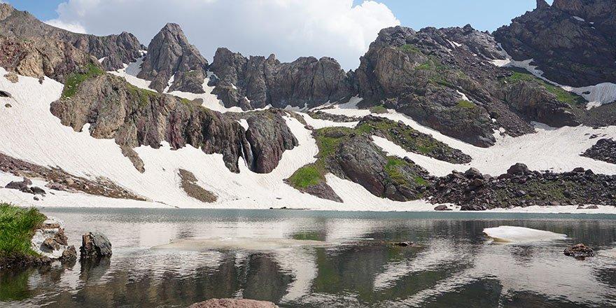 Yüksekova Sat Gölleri eşsiz güzellikleriyle büyülüyor