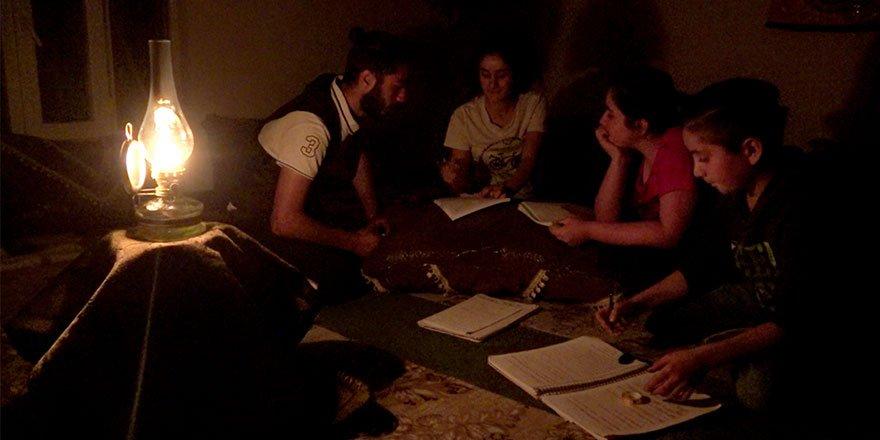 Yılmaz ailesi 2 yıldır elektriksiz evde yaşıyor