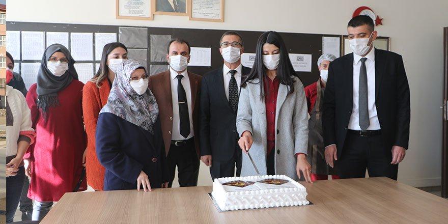 Baklavacı Fuat Usta, Yüksekova'daki tüm öğretmenlere pasta ikram etti