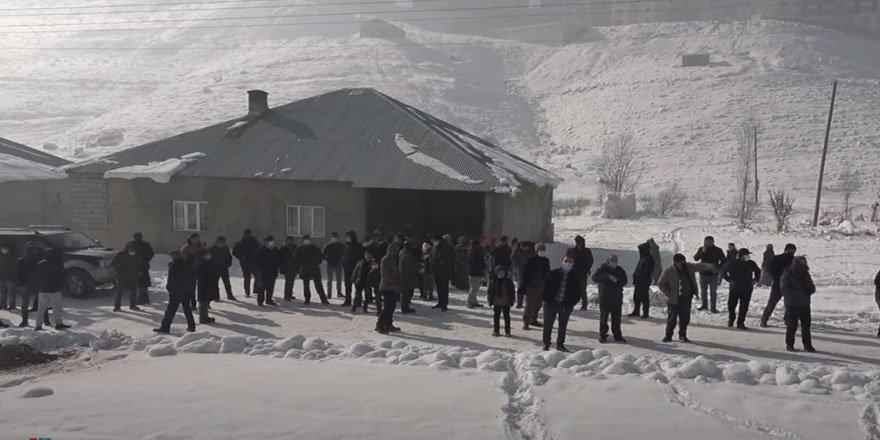 Yüksekova'da evleriyle ilgili yıkım kararı verilen vatandaşlardan tepki