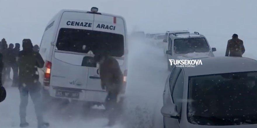 Yüksekova'da cenaze konvoyu köy yolunda mahsur kaldı