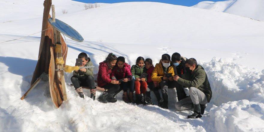 Çanak anten ve siniden 'baz istasyonu' yapan Yüksekova'nın köyüne Antalya'dan destek